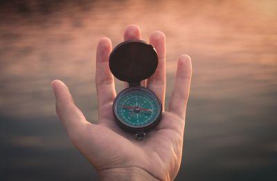 Kompass auf einer Hand