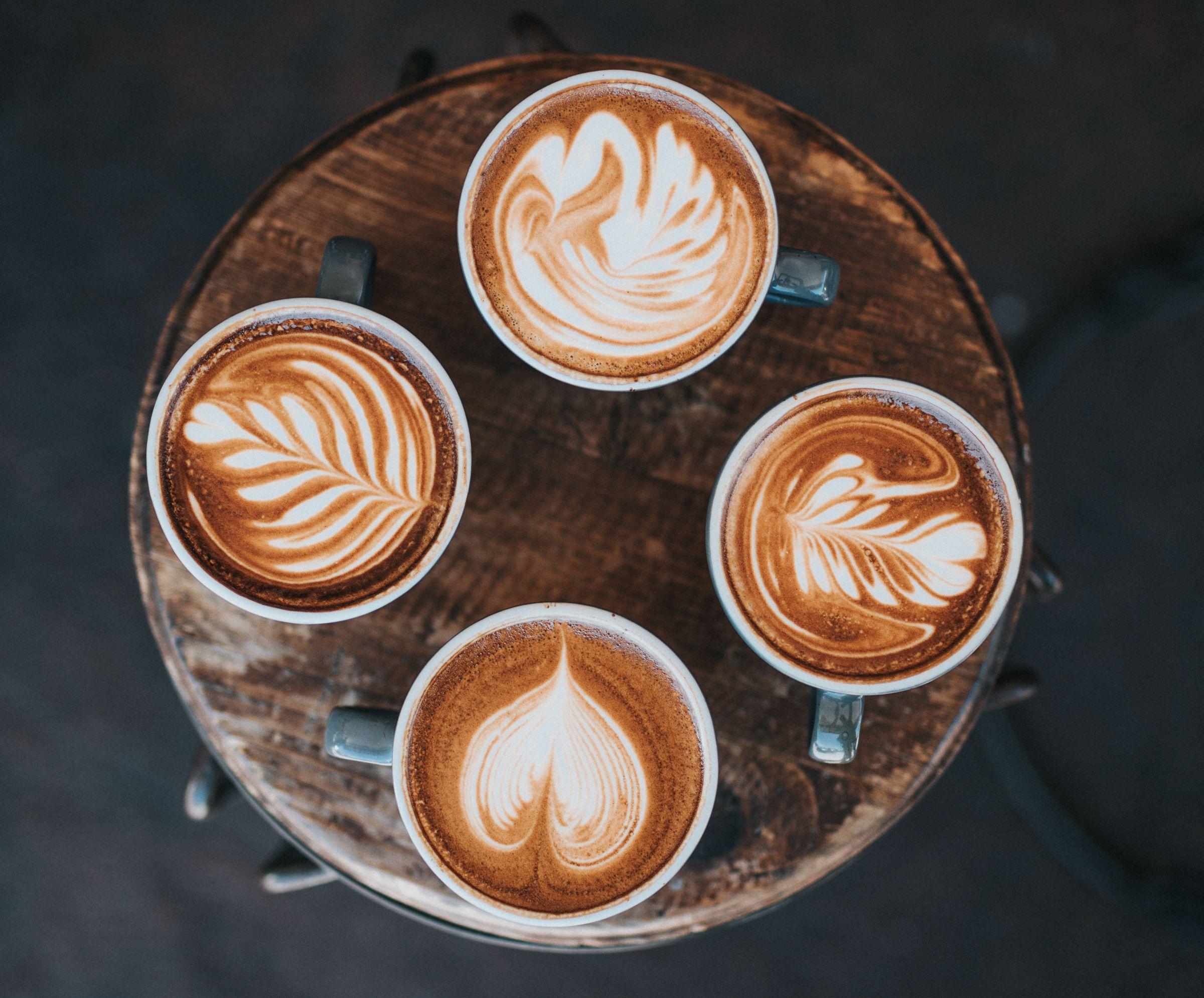 Vier Kaffeetassen auf einem Tablett